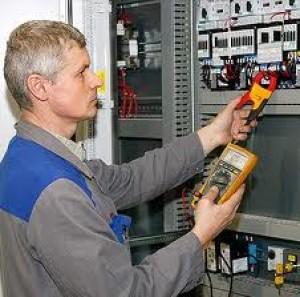 Elskåp som undersöks av elektriker